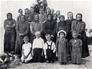 Unikli masakru. Skupina p�e�iv��ch obyvatel �esk�ho Mal�na.