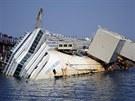 U italského ostrova Giglio nadále pokračují práce na vyproštění výletní lodi...