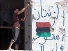 Libyjští povstalci demolují bývalou rezidenci Muammara Kaddáfího Báb al-Azízíja...