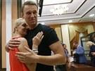 Ruský opoziční aktivista Alexej Navalnyj se po propuštění z vězení vítá se...