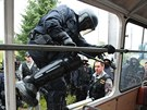 Trolejbus se policistům podařilo obsadit do půl minuty.