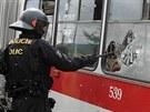 Rozbít a vytrhnout okno policistům zabralo sedm vteřin.