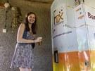 Marketingová manažerka studentské firmy Eliška Wagnerová s načepovaným nápojem.