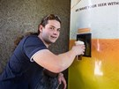 Prezident. Petr Fridrišek předvádí, jak automat na čepované nápoje funguje.
