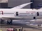 Boeing 787 Dreamliner společnosti Ethiopian Airlines obklopený hasiči na
