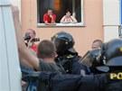 Pro místní byl policejní zásah show.