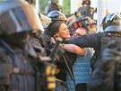 Policie zadržela asi 60 lidí.