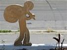 Figurky zachycené v různých pracovních pozicích na nevzhledných monstrech mohli kolemjdoucí spatřit v pátek v Nádražní ulici.