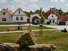 Zrekonstruovaná náves obce Zápy. Starostovi se líbí natolik, že si fotografii