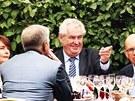 Miloš Zeman a někteří ministři se účastnili recepce na francouzském...