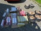 Snímky zadrženého tabáku a cigaret, které celníci objevili v automobilu