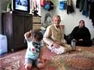 Tito syrští uprchlíci žijí v obytné buňce, kam je zavedena eletřina i voda.