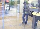 """Z�znam z bezpe�nostn� kamery v bance v zahrani��, kterou """"Kn�ra�"""" vyloupil."""