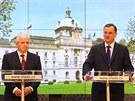 Nov� premi�r Ji�� Rusnok na tiskov� konferenci se sv�m p�edch�dcem Petrem...