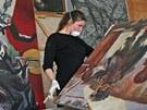 Studenti Akademie výtvarných umění z Prahy restaurují v rámci brigády obrazy v