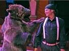 Ředitel cirkusu Jiří Berousek mladší vystupuje s černým šátkem na hlavě.