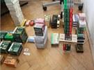 Snímek věcí, které kriminalisté našli při prohlídkách u zatčených vymahačů...