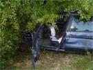 Auto po srážce s karavenm skončilo ve křoví mimo vozovku.