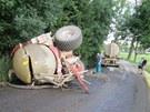 Cisterna se po nehodě utrhla, převrátila na bok a praskla. Převážená kejda se z