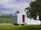 Domek sice svým tvarem a sedlovou střechou připomíná archetypální dům, ale díky