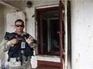 Panamský policista hlídá vchod na palubě severokorejské lodi Čongčonkang, kde