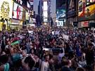 Demonstranti zaplnili newyorské náměstí Times Square. Nelíbí se jim
