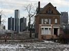 Opuštěný dům v kdysi živé čtvrti Brush Park na pozadí mrakodrapů detroitského