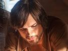 Ashton Kutcher (uprostřed) jako Steve Jobs ve snímku jOBS