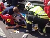 Záchranáři pomáhají zraněnému řidiči. (17.7.2013)