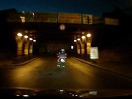 Mladík na motorce ujíždí policejní hlídce ulicemi Žižkova a Karlína (15.7.2013)