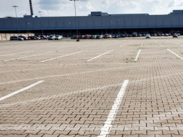 V dob� dovolen� v z�vod� �koda Auto je pr�zdn� i jindy nacpan� parkovi�t�.