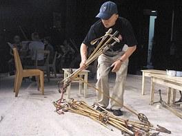 Jan Číhal připravuje nejslavnější inscenaci Bílého divadla Ty, který lyžuješ.