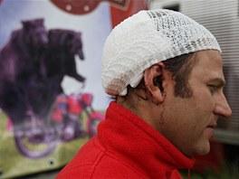 Na hlavě mladšího z cirkusové rodiny Berousků jsou díry po medvědích