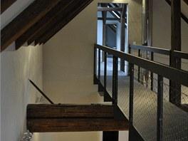 Podkrovní prostory jsou přístupné přes lávku nad obytným prostorem.