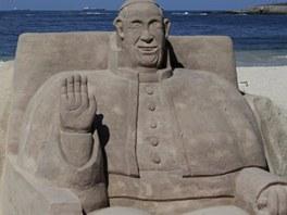 Písečná socha papeže Františka na pláži Copacabana