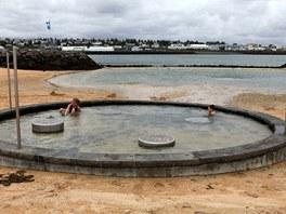 Uprostřed plážového areálu Nauthólsvík jsou také dva bazénky s horkou vodou a spousta zlatého písku přivezeného na sopečný ostrov z Maroka.