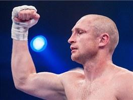 Boxer Lukáš Konečný se raduje z obajoby evropského titulu WBO ve střední váze.