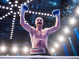 Boxer Lukáš Konečný se v Drážďanech raduje z obajoby evropského titulu WBO ve