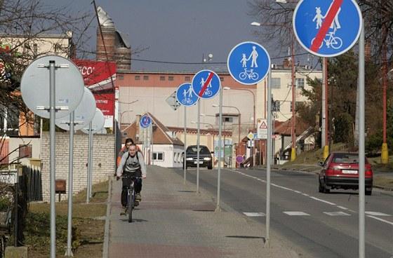 Cyklostezka v Jaro�ov�, kde na �seku dlouh�m 200 metr� stoj� 19 dopravn�ch