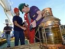 Pracovníci Odyssey Marine Exploration a objekty z potopené lodi SS Gairsoppa