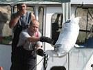 Hasiči čerpají vodu ze strojovny lodi, která uvázla u Velkého Března.