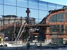 Zrcadlová stěna tvoří fasádu nově vznikajícího Světa techniky. (24.7.2013)