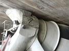 Vyprošťování domíchávače uvázlého pod mostem v Ostravě-Přívoze v Hlučínské