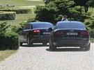Dva černé vozy audi přijely do Lán po jedné hodině odpoledne. Za Zemanem jimi