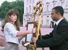Před Buckinghamským palácem už vyvěsili oficiální oznámení o narození dítěte.