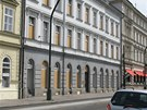 Okna budovy, v níž sídlí obrazárna Zdeňka Sklenáře tři měsíce po výbuchu v