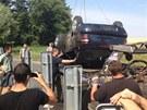 Odtahová služba nakládá vozidlo, s nímž řidič u Hostouně na Kladensku zajel do