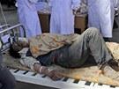 Ošetřování zraněné ženy po zemětřesení v provincii Min-sien (22. července 2013).