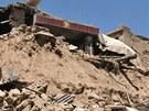 Jeden z mnoha zřícených domů po zemětřesení v provincii Min-sien (22. července