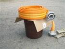 Užovka odchycená bíloveckými hasiči ve Fulneku skončila v kbelíku.